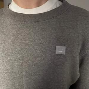 grå tröja, använd kanske 1 gång. skriv för mer bilder. Nypris är 1999kr. Kan frakta och mötas