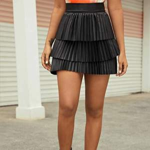 Säljer denna coola svarta skin kjol som aldrig har kommit till användning! Kjolen är ej i äkta skinn, hör av dig privat för fler bilder ⭐️ Frakt tillkommer!