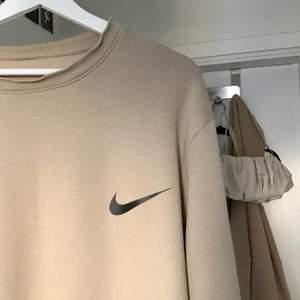 Säljer denna sjukt fina och stora sweatshirten, köptes secondhand för ungefär 600kr! Väldigt stor, finns ingen lapp så vet ej exakt storlek 🤍 Det billiga priset är pga hålet på sidan av tröjan (sista bilden)! Köparen står för frakten som ligger på 66kr spårbart!!