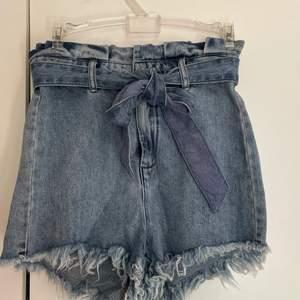 Snygga jeans shorts med knytning framtil. Sitter lite för tight på mig men skit snygga i röven! ⭐️ stora i storleken (för att vara xxs)