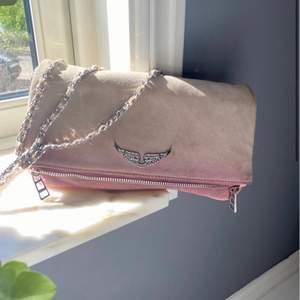 Måste nu tyvärr sälja min finaste zadig väska:) den är slutsåld. Flitigt använd , båda banden är med äntenhetsbevis och dustbag följer med:) kan bytas emot en svart