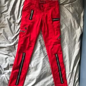 Säljer ett par häftiga jeans från Tripp Nyc i storlek 37. Skulle säga att de passar XS-S. Säljer för 400kr + frakt på 57kr. Nypris var runt 800kr. Kan absolut skicka fler bilder om det önskas!