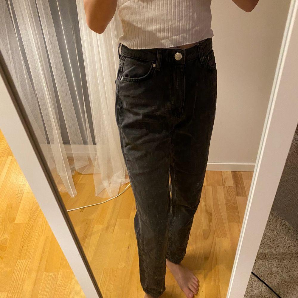 Momjeans från Gina tricot i strl 34. Aldrig använda. Köparen står för frakten, betalning via swish . Jeans & Byxor.