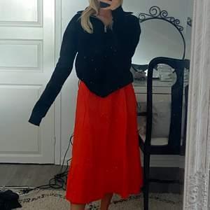 så så så fin orange klänning i stl L, jag brukar bära xs-s o den e lite stor, men skulle säga att den passar en s-l beroende på hur man vill att den sitter, ( buda från 100kr)