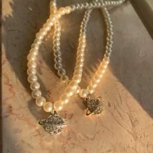 Pärlhalsband med en glittrande saturnusberlock som finns i både guld och silver💕 men kan justera lite där bak! Det finns endast två st av silver och två st av guld, så passa på att köpa!!😍 frakt tillkommer på 15kr 💕