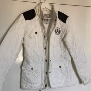 En vit jacka 100% polyester storlek 36! Säljs på grun utan att jag inte har användning till den. Jag har aldrig använt den. PRISK KAN DISKUTERAS!