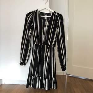 Jag säljer denna klänning i stl 170, passar bra på en Xs eller mindre S! Fint begagnat skick, på tredje bilden syns att den har en liten tvätt vilket jag tror går bort i tvätten (inte provat tvätta än dock). 100kr inkl frakt!  ❣️💖💛