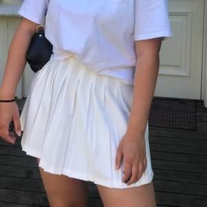 Plisserad Tenniskjol från Berska men köpt från Zalando. Gott skick!