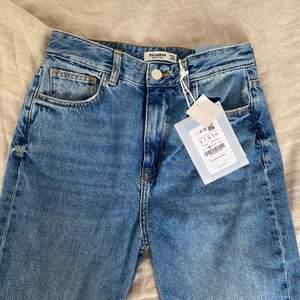 Oanvända snygga jeans med slitts. De är långa och super snygga. Slitts är en super snygg detalj tycker jag och det gör outfiten mycket snyggare. Dessa jeans säljs för de är förstora i midjan annars hade jag behållt de.