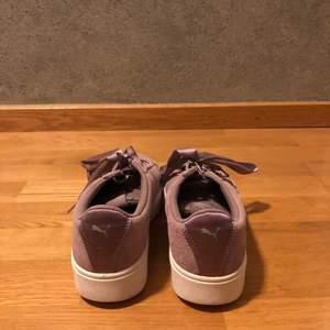 Hej, säljer ett par lila puma skor som va är använda 4 gånger💞