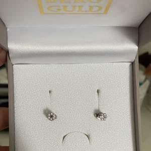 Äkta silver!! Helt nya då jag köpte andra örhängen 💕