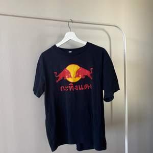En redbull t shirt köpt second hand strlk M-L👕                       Frakt: 66kr spårbar postnord🛩 Priset är inte hugget i sten Kan även mötas i stockholm🏢