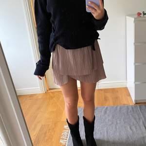 Asgullig rosa kjol från second Female, använt ett fåtal gånger. Storlek XS men passar även S då det finns resår i midjan.