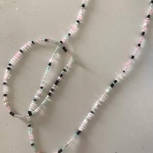 Säljer halsband och armband med dessa pärlor i valfria längder. (Halsband: 30kr Armband: 15kr Halsband+Armband: 40kr)