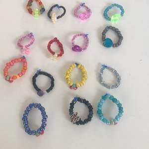 5kr st har gjort de själv hemma                                                       Skriv privat om vilken ring ning ni vill ha och då säjer jag till vilken finger passar den till. :) :) :)