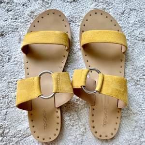 Sandaler från Topshop, endast använda två gånger. Säljes då jag har för många skor! Storlek 40, normal i storleken. Sandalerna är i mocka och har en fin gul färg. Runt om sulorna finns platta nitar (de känns inte när man har skorna på sig).