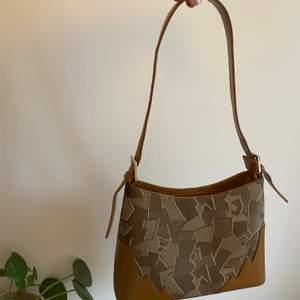 En så fin väska men som aldrig kommer till användning vilket är så synd. Älskar mönstret på den. Köpare står för frakten !