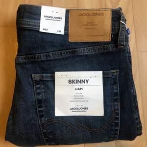 Ett par endast prövade mörkblåa jeans från Jack & Jones.