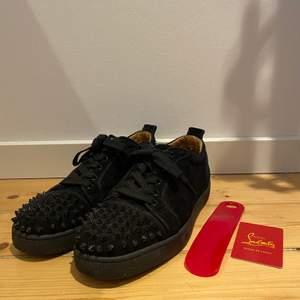 Christian Louboutin skor i ett bra skick! Storlek 41 men passar bra till 42. Nypris €645 från mytheresa.com. Bud från 2000kr. Hör av er om ni vill ha fler bilder :)