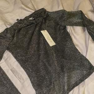 Säljer denna fina mesh-topp/tröja ifrån NA-KD. Helt oanvänd med prislapp kvar (se bild). Det är samma topp som på sista bilden fast i svart. Tröjan är i strl S och köpte den för 150-200kr. Säljer för 90kr och köparen står för frakten! ⚡️💕
