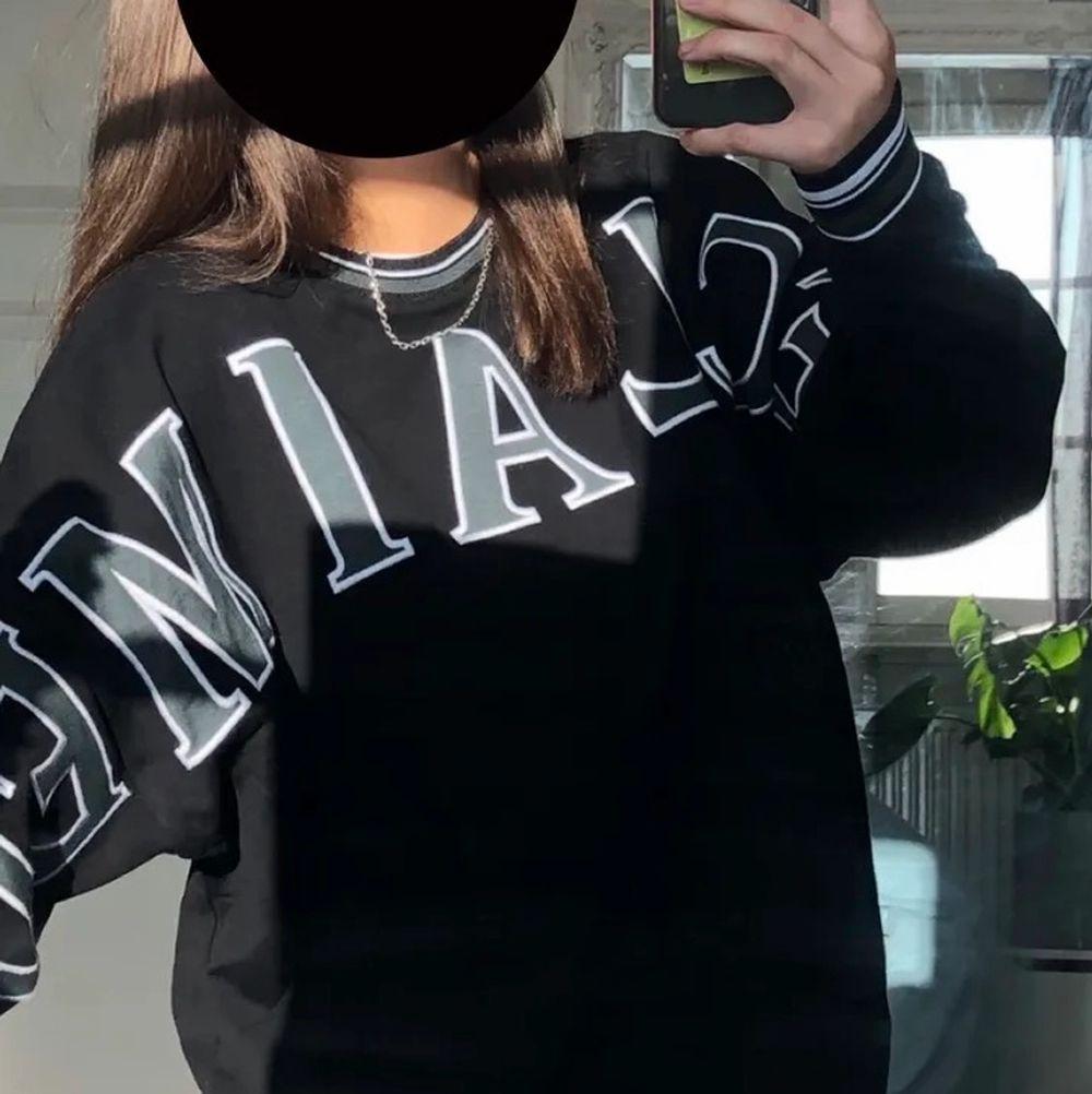 Storlek S men oversize så passar allt från S-XL skulle jag säga, jag själv är S/M💕Väldigt fint skick och unik tröja som jag köpte av en tjej här på plick för 600 från märket Reclaimed vintage. Tyvärr kommer den inte till användning så ofta!  Obs bild från förra ägaren . Tröjor & Koftor.