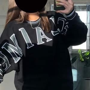 Storlek S men oversize så passar allt från S-XL skulle jag säga, jag själv är S/M💕Väldigt fint skick och unik tröja som jag köpte av en tjej här på plick för 600 från märket Reclaimed vintage. Tyvärr kommer den inte till användning så ofta!  Obs bild från förra ägaren