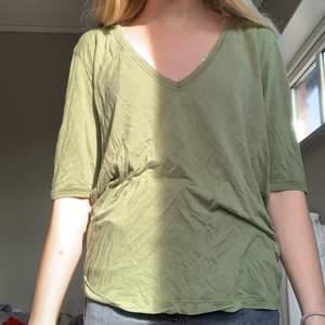 Säljer denna militär gröna t-shirten som är lite oversized för 40kr +15kr frakt. Lite osäker på storleken men skulle säga att den är en M.   Kontakta via intresse