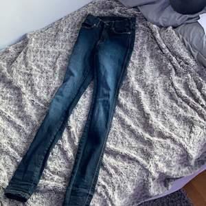 Ett par mörkblåa tajta jeans i strl XS, vet inte orginalpriset men säljer de för 45kr, användt max 10gånger och är i bra skick, lite lågmidjade men inte så, skriv för frågor eller intresse!🤍 Kan diskutera pris!