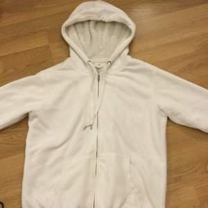 Vit mysig hoodie som är fluffig på insidan☁️