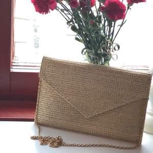 guldskimrig kuvertväska med guldkedja, ficka med dragkedja i! Leverans: kunden står för kostnaden