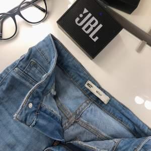 Jättesnygga Blåa Molly jeans från Gina Tricot i storlek S. Använda 3-4 gg, säljer pga dom är förstora. Rökfritt hem, inte djurfritt.