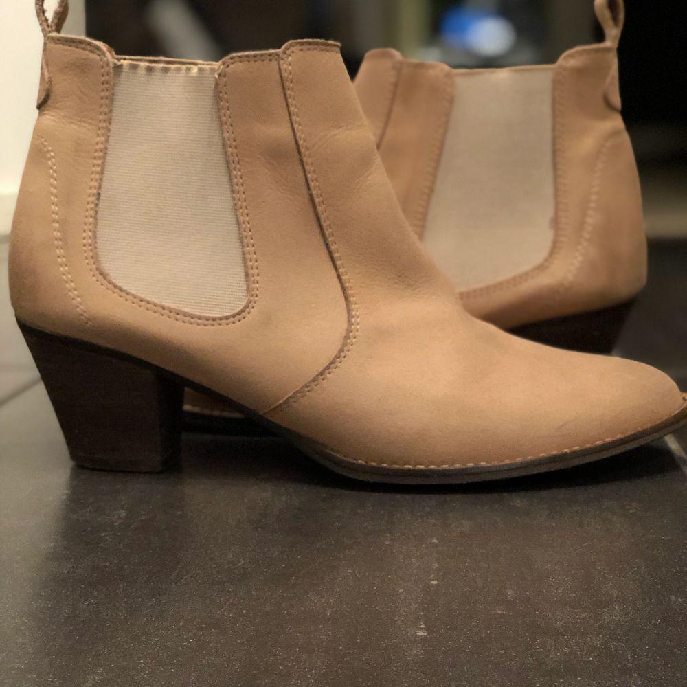 Riktigt snygga beiga skor med liten klack i Storlek 39🥰 fint skick men inte helt nya!! Köp direkt för 250  😊 starta buda vid 130, högsta bud 250kr! Köparen står för frakten!!. Skor.