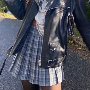 Jag säljer min sjukt snygga rutiga kjol. Den har fina väck och är endast använd ett fåtal gånger. Buda i kommentarerna eller privat och skriv privat för att få fler bilder :)