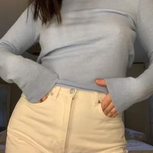 Super fin ljusblå tröja med öppen rygg, bara använd två/tre gånger! Köpare står för frakt!!!