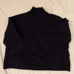 En super fin svart polo tröja från Zara💞 påminner om stickat💞 köparen står för frakten!