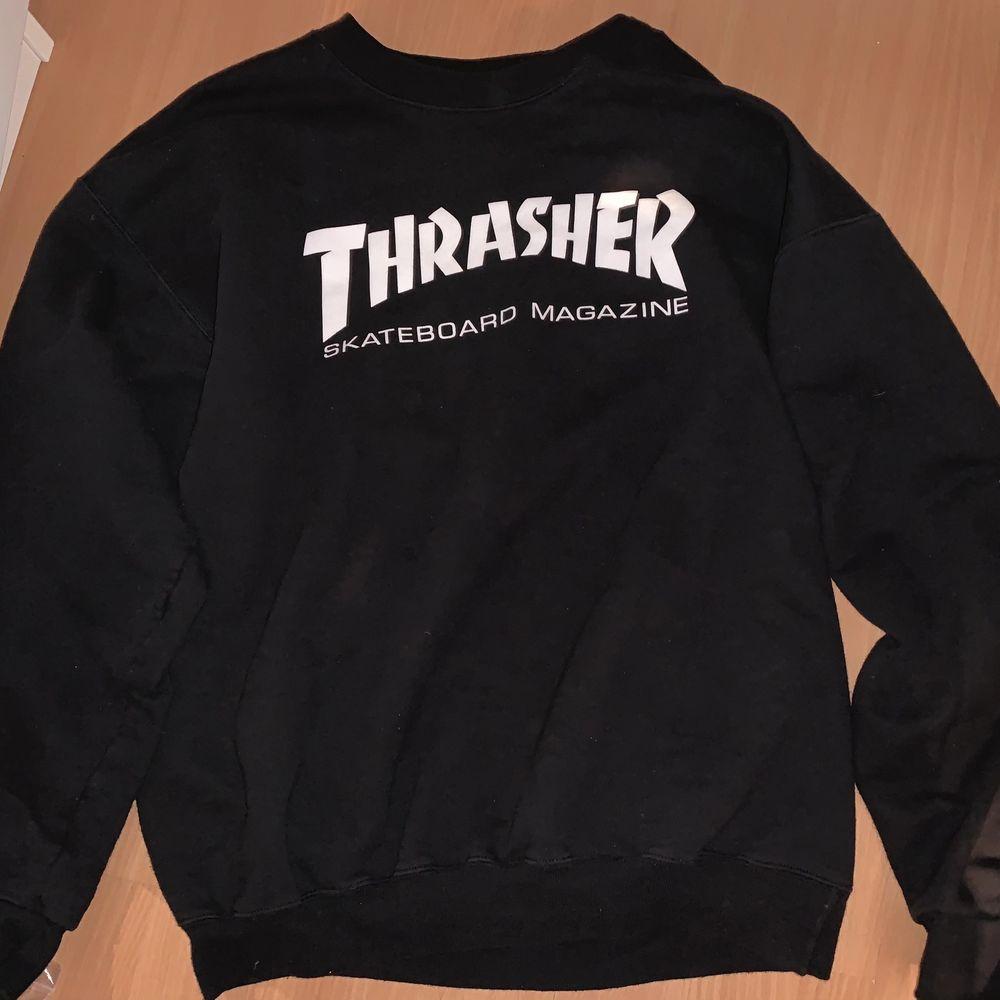 En svart trasher sweatshirt i färgen svart och i storlek M. Ser precis ut som ny. Sitter oversized. Pris kan även diskuteras! ❤️. Tröjor & Koftor.