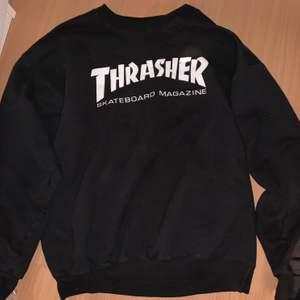 En svart trasher sweatshirt i färgen svart och i storlek M. Ser precis ut som ny. Sitter oversized. Pris kan även diskuteras! ❤️