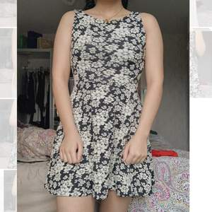 Söt, svartvit, blommig klänning perfekt för sommaren. Fri frakt. Kontakta för fler/bättre bilder. Priset kan diskuteras då jag vill bli av med den eftersom den inte kommer till användning.