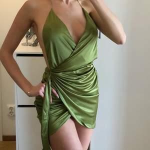 Grön sati klänning