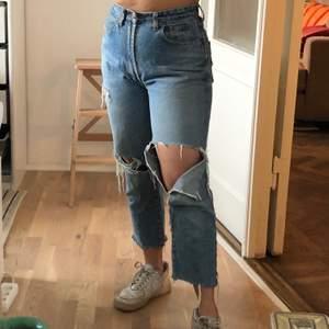 Slitna vintage jeans kötpa secondhand 😊 midjemått: 85cm, längd: 91cm
