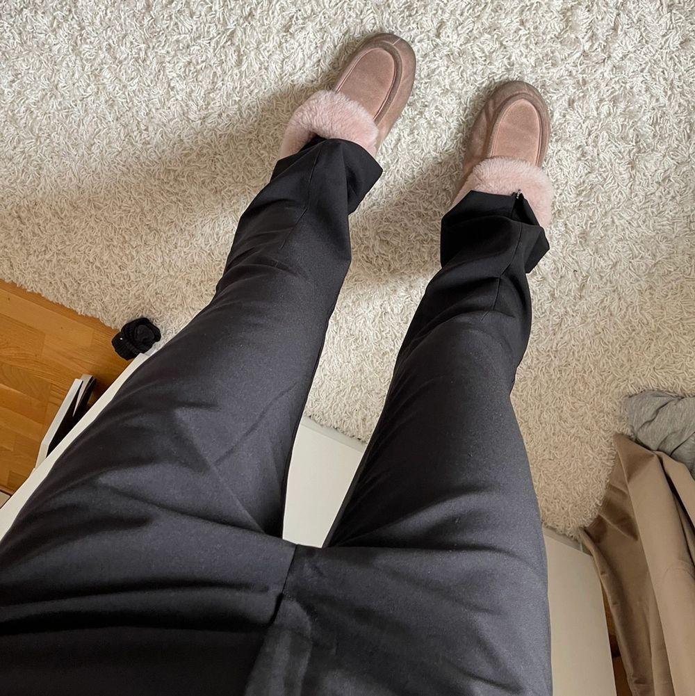 Säljer dessa kostymbyxor som är låg/mid Waist😍 Går att göra till slits där nere om man kollar på sista bilden!!! Pösiga och långa på mig som är 176 cm och brukar bära 36-38. Jeans & Byxor.