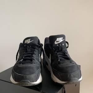 Nike Air sneakers i storlek 38,5, passar bra för smala fötter.