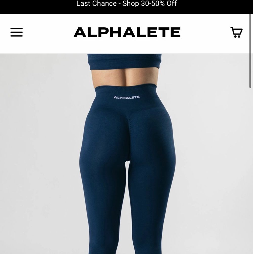 Intressekoll på dessa helt nya träningstights från Alphalete i färgen Tuxedo blue, tycker de är lite små för mig därför jag säljer annars så sjukt snygga. Nypris 700 med frakt så därför även det priset jag utgår från💕. Jeans & Byxor.