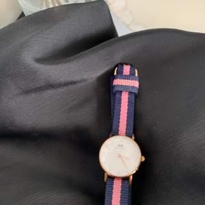 säljer denna klocka! den är inte i dam-modellen, utan den mindre modellen/barnmodell. är ej helt säker på att den går, men det är så fin som bara ett smycke ändå!❣️❣️ den har en liten spricka, därav det låga priset. sprickan syns dock nästan inte🥰