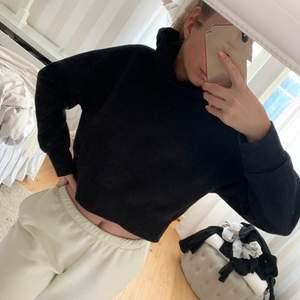 Säljer en svart croppad hoodie med luva från zara, storlek S, passar även på en XS. Sparsamt använd. Säljer för 90 kr. Köparen står för frakten!