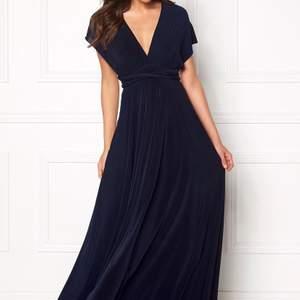 Bara använd en gång!! Modellen: Multi Tie Maxi dress från Goddiva. Man kan knyta den precis som man vill ha den både där fram och i ryggen. SÅ FIN!! Köptes för 1100kr