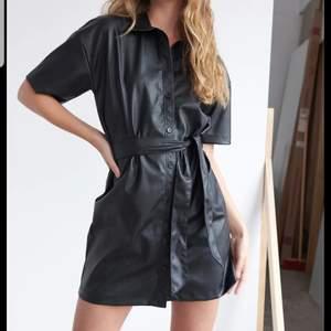 Snygg svart klänning i fake skinnmaterial! Är från ginatrico där den är slutsåld! Använd max en gång och är i ett bra skick!!🥰 Köparen står för frakten