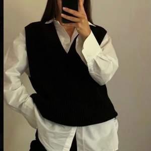 Säljer en svart sweater vest från bikbok i storlek S. Prislappen är kvar, endast testad. Köpte för 300 kr ny💖