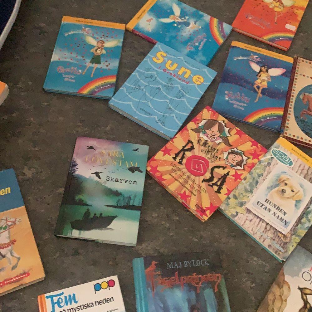Säljer massa me fantastiska böcker har läst alla och vill bli av me dom. Bok 10 kr/st ❤️ . Övrigt.