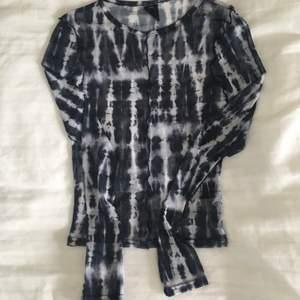 Helt ny mesh tiedye topp från urban outfitters. Använd en gång sedan jag tog bort lapparna. Superfin till vår/sommar, surfkänsla 🏄♂️ Frakt tillkommer